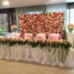 Украшение стола искусственными цветами