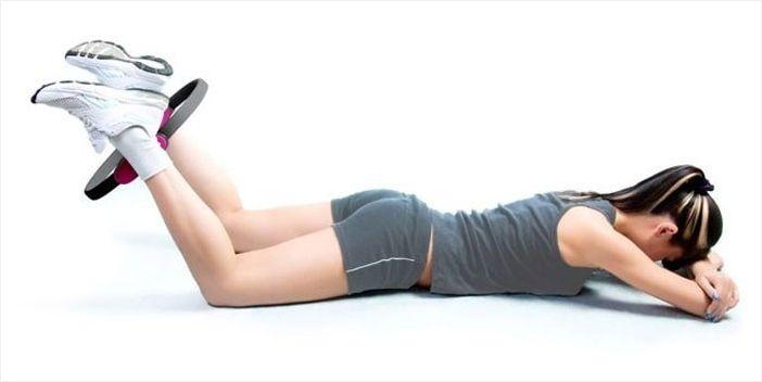 Девушка делает упражнение с изотоническим кольцом
