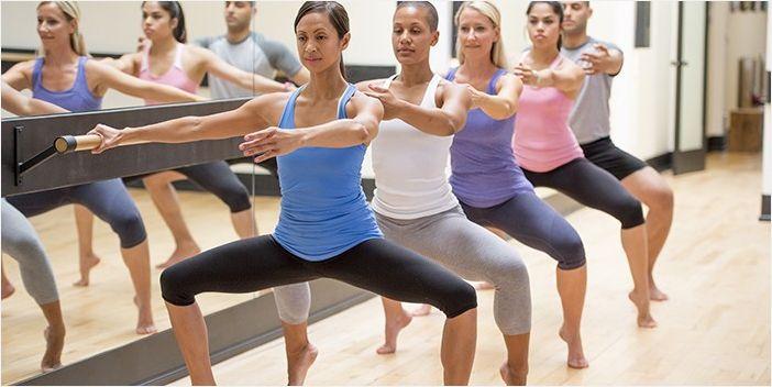 Девушки выполняют упражнение Гранд-плие