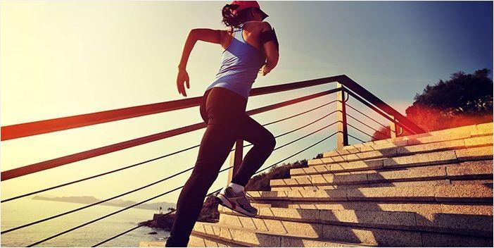 Девушка бежит по лестнице