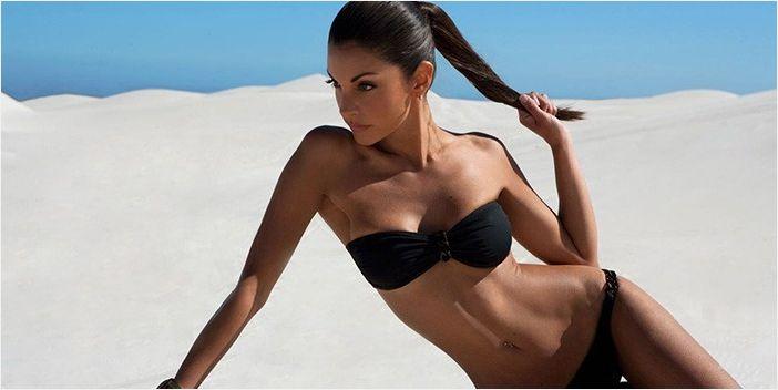 Девушка в купальнике на пляже